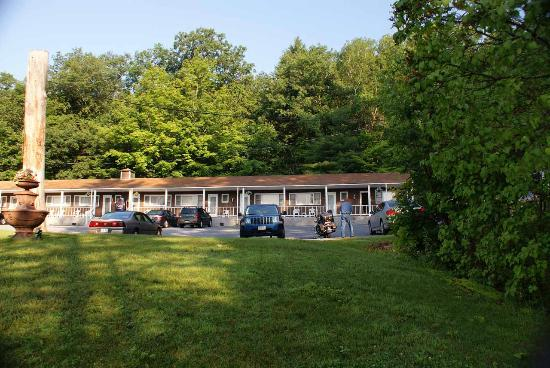 Gentleman Johnny's Motel: Lawn & Parking Area