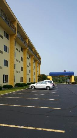Best Western Resort Hotel & Conference Center: They updated the paint now it's yellow not white