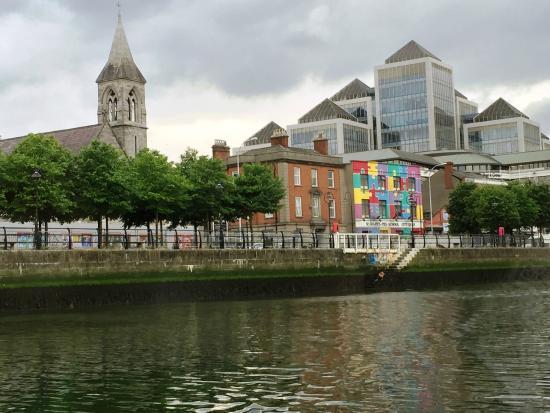 Dublin Discovered Boat Tours: Paesaggio variopinto sulle rive del Liffey