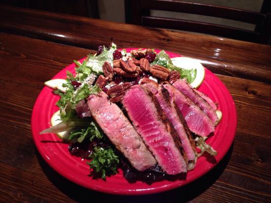 Ticino : Salad with seared tuna steak!