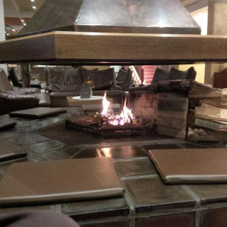 Sporthotel Obereggen : il fuoco del camino nella Sala Centrale