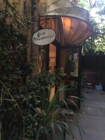 A quaint little place hidden in an alley within an alley. What a gem.