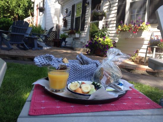 Yardarm Village Inn: Fresh, homemade blueberry muffins for breakfast. Yum!
