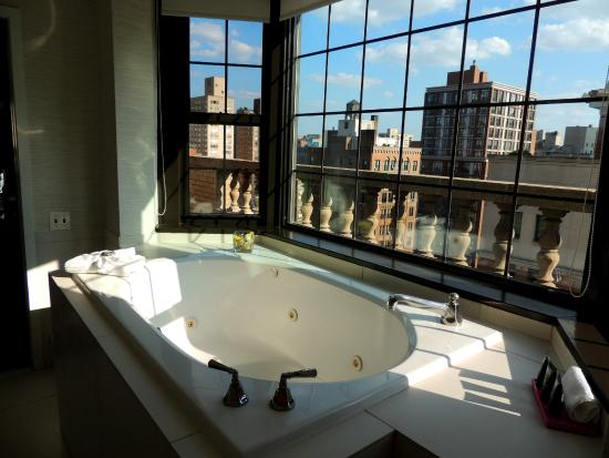 IBEROSTAR 70 Park Avenue Hotel: 1705 - View of Empire State Building from Tub.