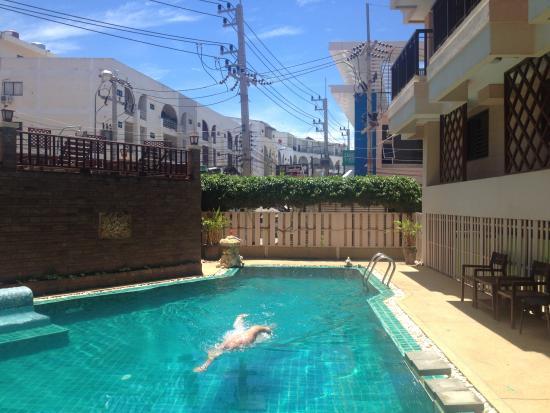 Sunview Place: Godt å duppe litt i bassenget :)