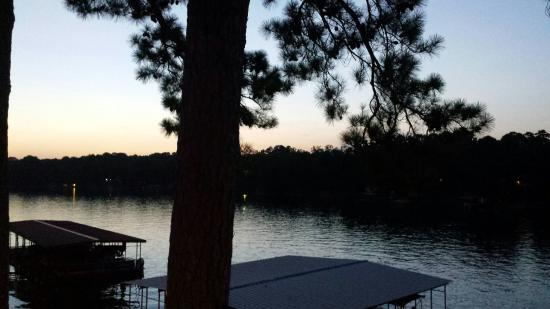 Country Inn Lake Resort: Awesome location, beautiful sunsets, swimming dock, boat dock, Pavilion to grill, and a basic ki