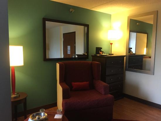 Hotel Indigo Chicago - Vernon Hills: Living Room Area