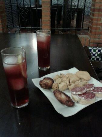 los Altramuces: Alitas de pollo,longaniza y frituras.