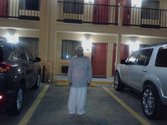 Howard Johnson Express Inn - Houston Downtown: In front of my room at night