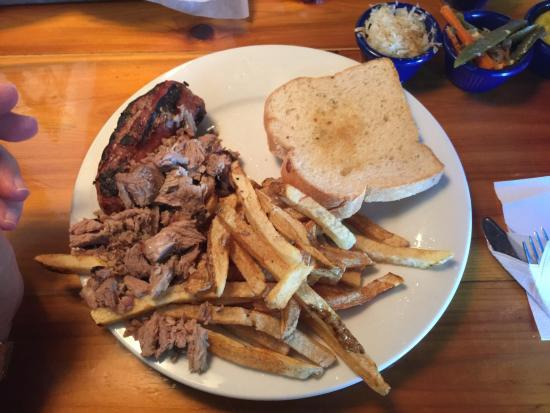 Cue Barbeque: Sausage and pork platter