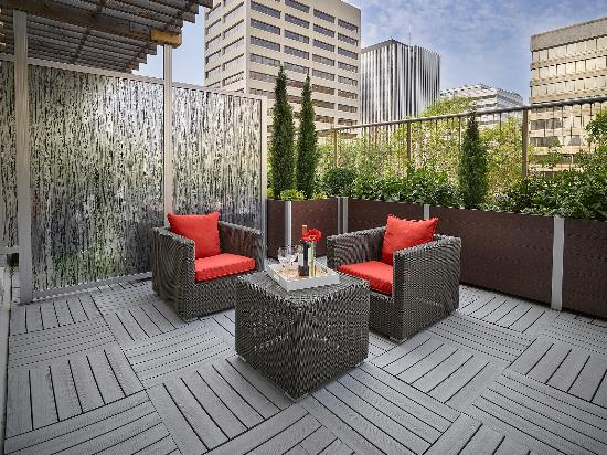 Matrix Hotel: Guestrooms | Bronze Patio West