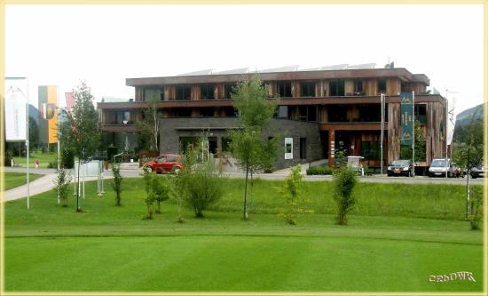 Tirol, Oostenrijk: Das sehr moderne Golf Hotel am Rande des Dorfes Westendorf; am Golfplatz