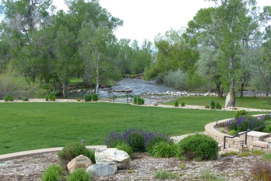 Búfalo, WY: The grounds just off the patio, with Clear Creek in the background.