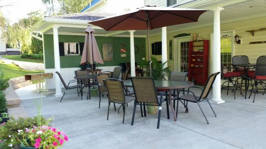 Bright Morning Bed & Breakfast: Patio for breakfast