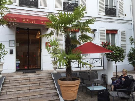 Hotel Pavillon Bastille: Entrance and courtyard
