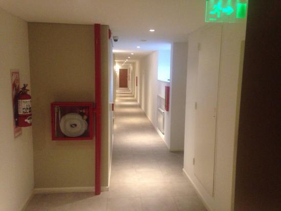 Nandó Apart Hotel: Vista mostrando pasillo de acceso, baño, cocina y dormitorio.