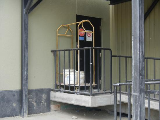 Frobisher Inn: Not very charming front entrance for luggage carts