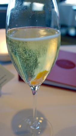 Restaurant Initiale : Apéritif - sparkling wine with orange peel
