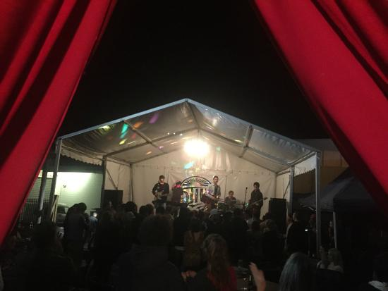 ‪‪Whangarei‬, نيوزيلندا: Live bands rocking outside stage‬