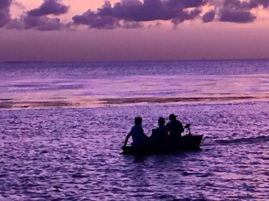 Isla Tours: Fishermen boat close by