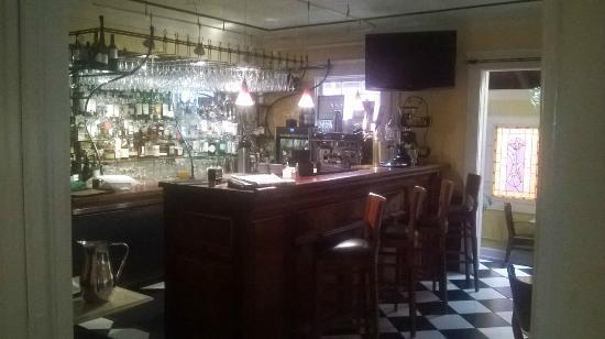 Excelsior Inn: Entry to Bar/Restaurant