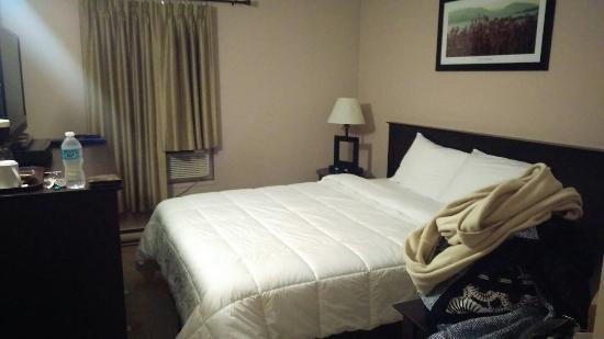 Knights Inn Barriere: Queen size room. Bed clean nice and comfy. Newly renovated.