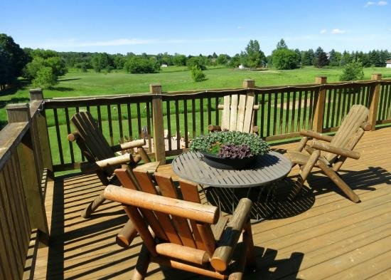 Tauschek's B & B Log Home : Porch over-looks the countryside