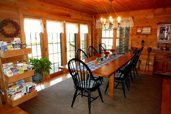Tauschek's B & B Log Home : Warm, inviting dining area