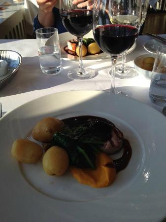 Norsminde Kro: Skøn braiseret svinekam m. nye kartofler