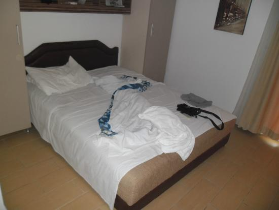 Aparthotel Azzuro: Кровать