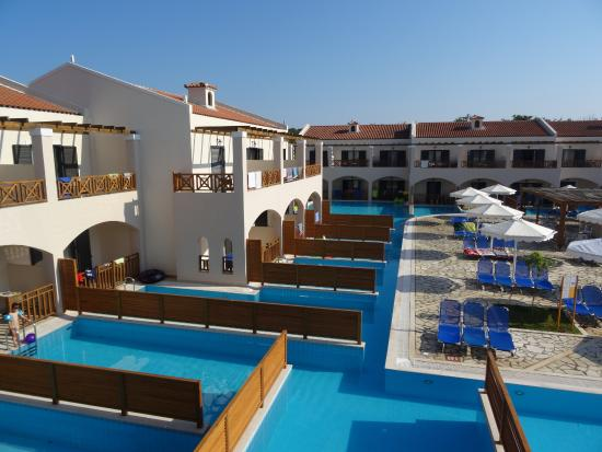 Chambre sharing pool picture of roda beach resort spa for Chambre piscine