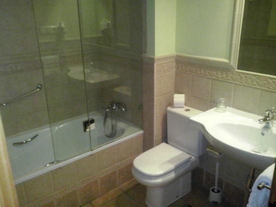 Cuarto de baño completo con bañera - Bild von Apartamentos ...