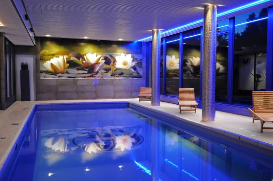 Hotel Mitland: Swimming pool at night