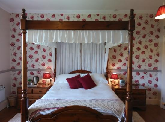 Beera Farmhouse: Four-poster bed bedroom