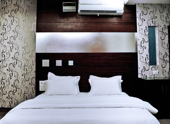 Hotel Vanson Villa : Deluxe Double Room with Sofa cum bed