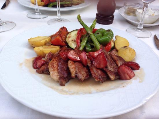 La Font del Gall: Duck with caramelised strawberries and asparagus