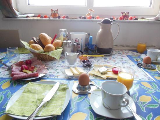 Kirchhain, Alemania: Es war immer sehr angenehm am Fruhstuckstich ! Humor mit dem Hausherr.....
