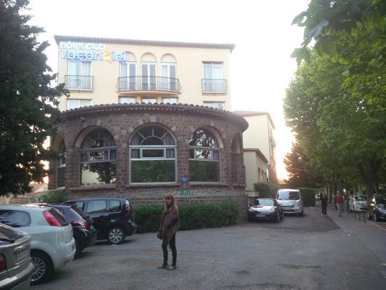 Club Découverte Vacanciel Port-Frejus: Estacionamiento y hotel