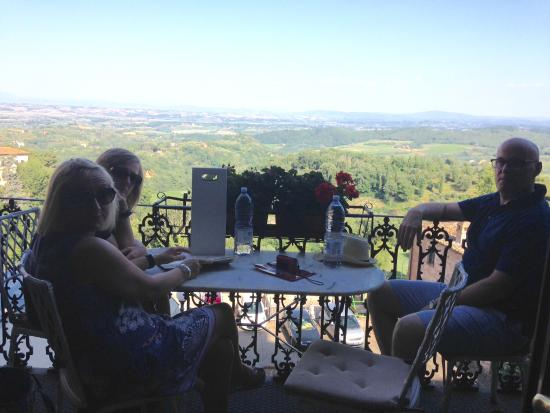 B&B Vicolo dell'Oste : This cafe/bar with this amazing view is a few minutes walk from the apartment
