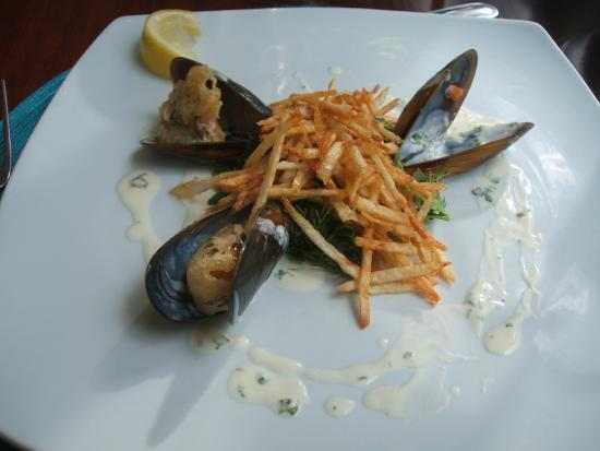 Monneaux Restaurant: deep-fried mussels with beautifully very thin chips
