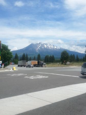 Weed, Kalifornien: view of Mount Shasta from store
