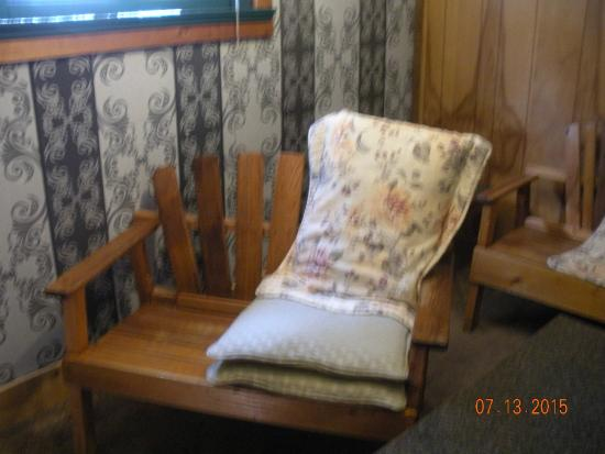 Gateway Inn & Cabins: Furniture in living room area