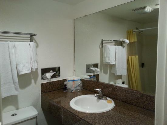 Fontaine Inn Downtown-Fairgrounds: Bathroom mirror and sink