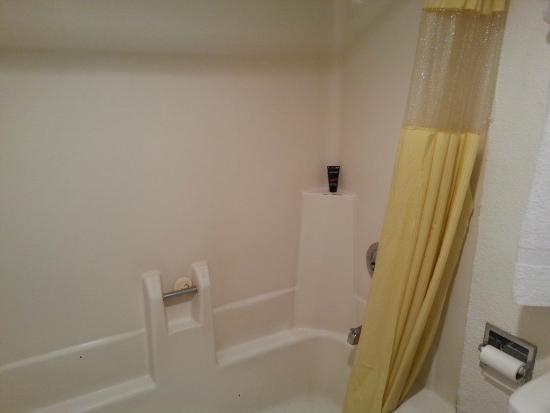 Fontaine Inn Downtown-Fairgrounds: bathroom shower/ tub