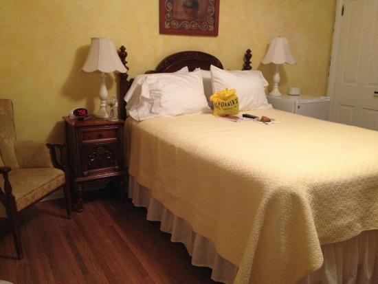 Main Street Inn: Bedroom (note fridge on far side of bed!)