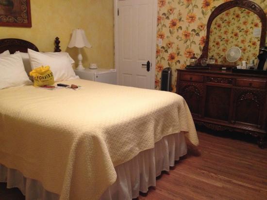 Main Street Inn: Bedroom (note refrigerator and closet door)