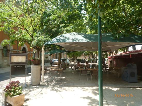 Le Brasero : Shaded dining area