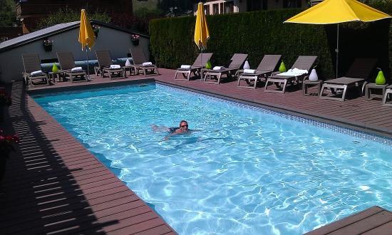Hotel Le Gai Soleil: Piscine depuis la salle de sport