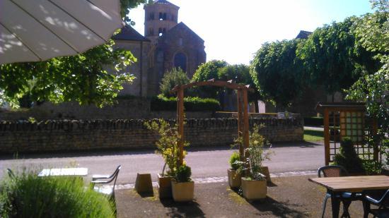 AUBERGE DU PRIEURE : prieuré face à la terrasse