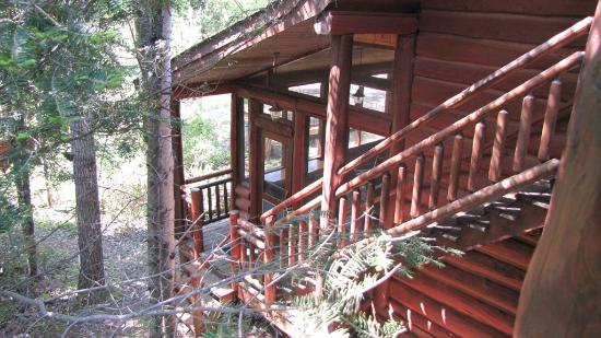 Big Bear Lodge and Cabins: Entrance to the porch and private entrance to lodge rooms